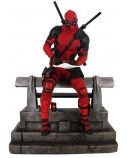 Statueta  Diamond Select Marvel: Deadpool - Deadpool sitting (Limited edition), 29 cm