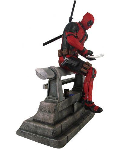 Statueta  Diamond Select Marvel: Deadpool - Deadpool sitting (Limited edition), 29 cm - 2