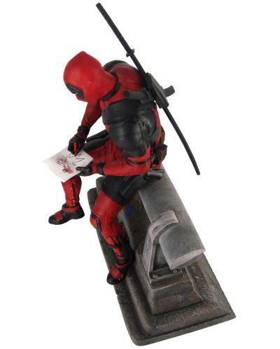 Statueta  Diamond Select Marvel: Deadpool - Deadpool sitting (Limited edition), 29 cm - 3